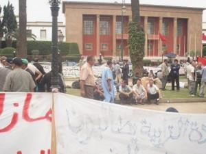الأسرى في اعتصامهم امام البرلمان